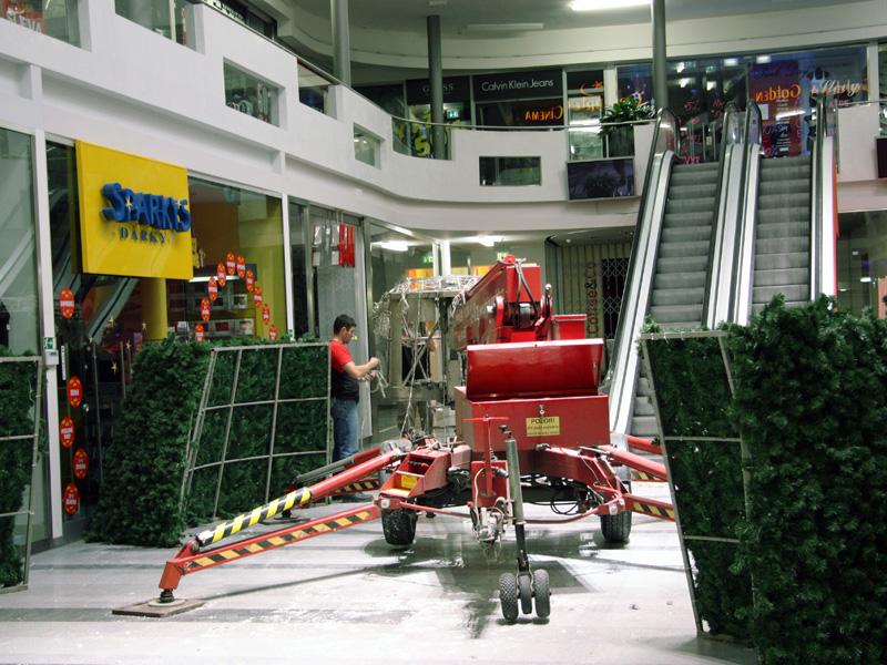 Příprava montáže vánoční dekorace obchodního centra